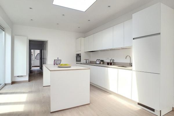 Zeer ruim en licht gerenoveerde gelijkvloers in klein gebouw